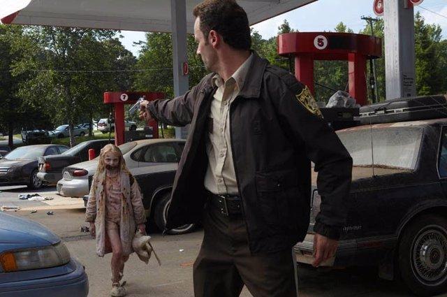 Rick y la niña zombie en la primera temporada de The Waking Dead