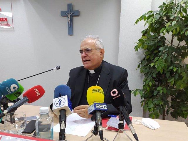 El obispo de Córdoba, Demetrio Fernández, durante la rueda de prensa en la sede de Cáritas Diocesana.