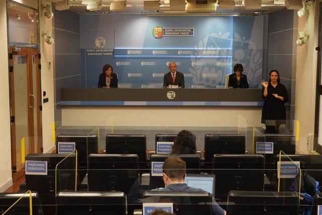 Los consejeros Josu Erkoreka, Cristina Uriarte y Nekane Murga en rueda de prensa.