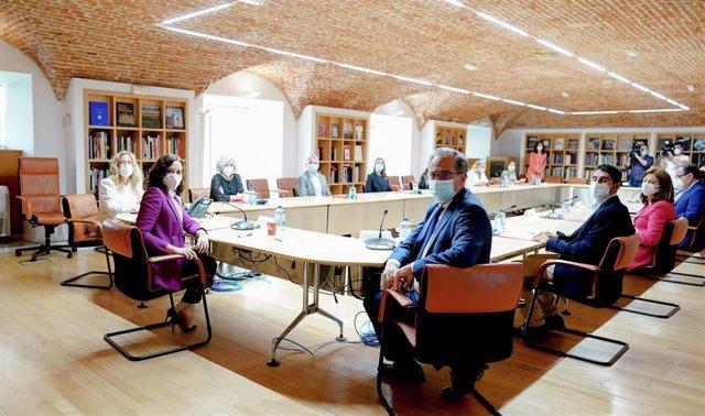 La presidenta de la Comunidad de Madrid, Isabel Díaz Ayuso, y el consejero de Educación y Juventud, Enrique Ossorio, se reúnen con un grupo de profesores de la región.