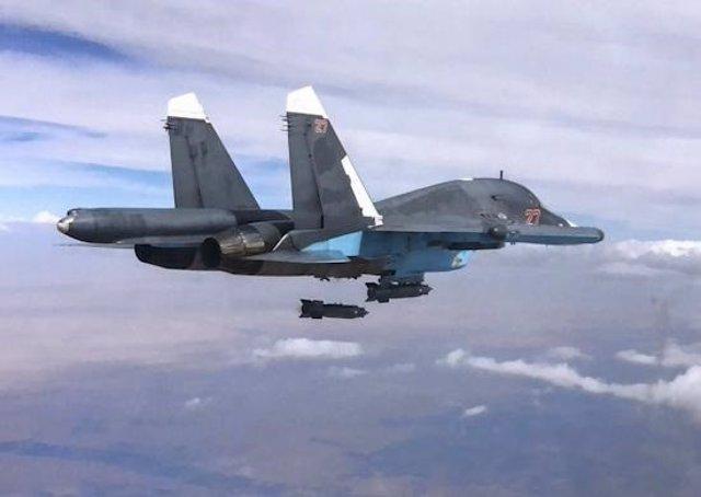 Avión de combate ruso lanzando bombas sobre Siria