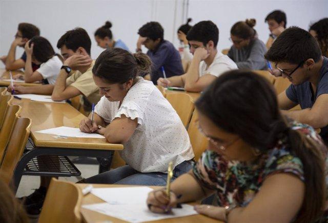Alumnos examinándose de las pruebas de acceso a la universidad en septiembre
