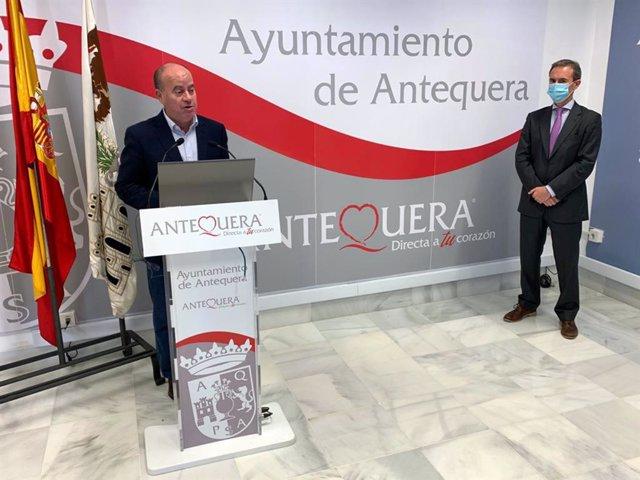 """El alcalde de Antequera, Manolo Barón, y el gerente de la empresa malagueña """"Inversiones Domago, Ramón Martínez, en rueda de prensa"""