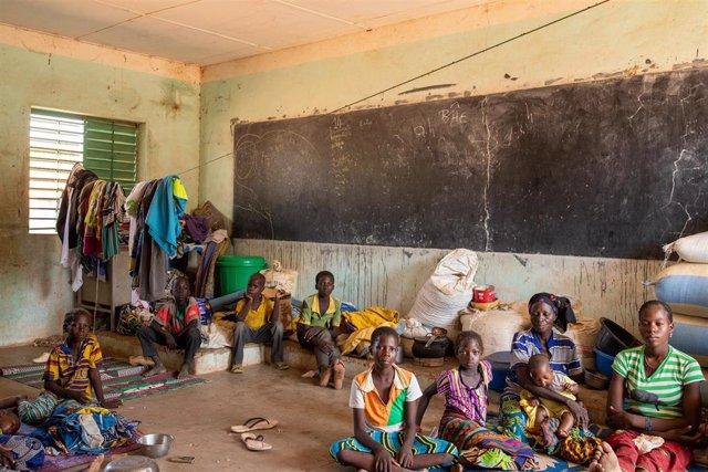 Desplazados por la violencia en Burkina Faso en una escuela en Barsalogho