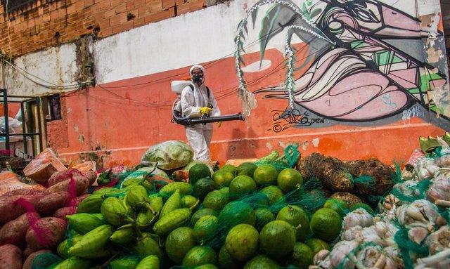 Coronavirus.- Brasil vuelve a mostrar las cifras totales de muertes y contagios