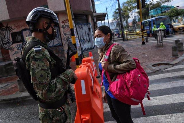 Un militar del Ejército de Colombia controla los accesos a la localidad bogotana de Kennedy, después de un incremento de casos de la COVID-19 en esta zona de la capital colombiana.