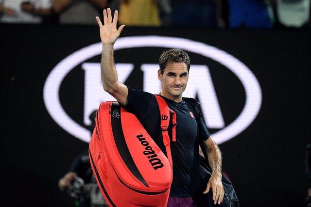 Roger Federer saluda a los espectadores tras caer eliminado en las semifinales del Abierto de Australia ante Novak Djokovic