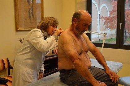 Manchas rojizas descamadas, úlceras que no curan, cicatrices que crecen... los otros síntomas del cáncer de piel