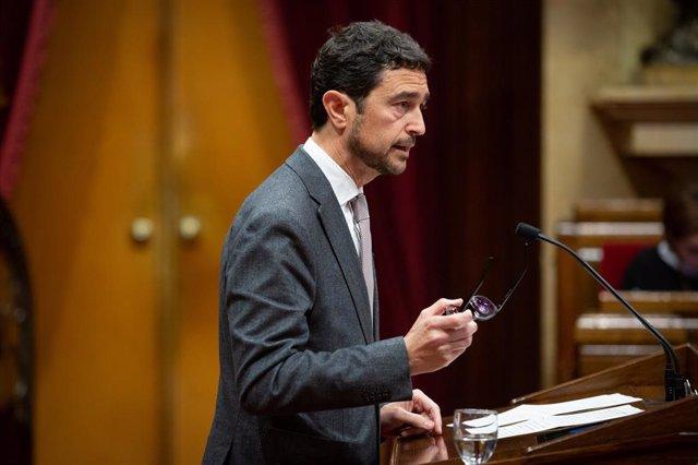 El conseller de Territori i Sostenibilitat, Damià Calvet intervé des de la tribuna durant una sessió plenària en el Parlament de Catalunya per aprovar els pressupostos de la Càmera, que van generar polèmica fa diverses setmanes per la falta d'acord en