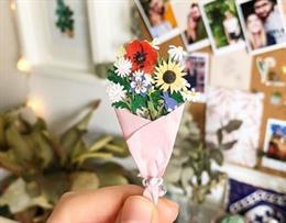 Una artista crea preciosas flores de papel en miniatura