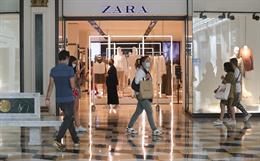 Varias personas pasan junto a una tienda Zara en el Centro Plaza Norte 2, La Cúpula de Madrid, durante el segundo día de la Fase 2, a 9 de junio de 2020.