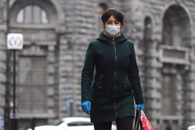 Una dona amb màscara