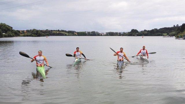 Los vigentes subcampeones mundiales Marcus Cooper Walz, Rodrigo Germade, Saúl Craviotto y Carlos Arévalo -de izquierda a derecha- durante una de las sesiones en el campo de regatas de Trasona (Asturias)
