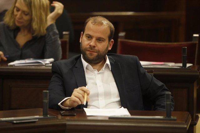 El conseller de Medio Ambiente y Territorio, Miquel Mir, en su escaño en el Parlament.