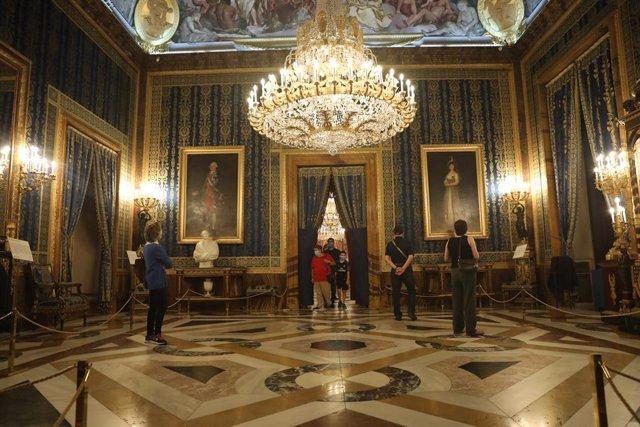 Varias personas visitan el interior del Palacio Real durante el primer día de su reapertura tras el confinamiento debido a la pandemia de coronavirus cuya visita será gratuita desde hoy y hasta el próximo domingo 14 de junio. Patrimonio Nacional concluye