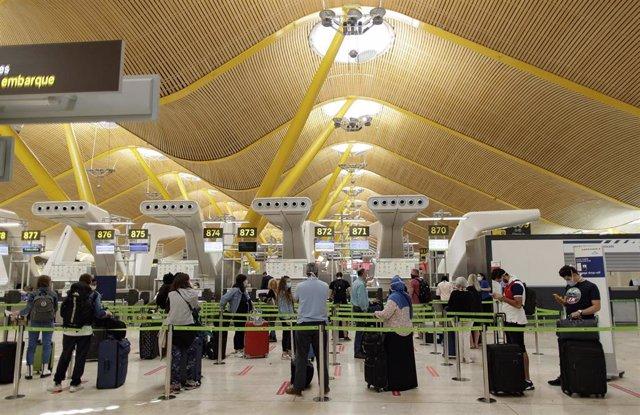 Pasajeros con sus maletas en las instalaciones de la Terminal T4 del Aeropuerto Adolfo Suárez Madrid-Barajas. En Madrid (España), a 5 de junio de 2020.