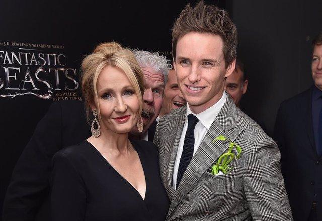 J. K. Rowling y Eddie Redmayne en Animales Fantásticos