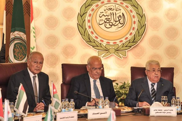 El secretario general de la Liga Árabe, Ahmed Abul Gheit (i); el secretario general de la Organización para la Liberación de Palestina (OLP), Saeb Erekat (c); y el presidente de la Autoridad Palestina, Mahmud Abbas (d)