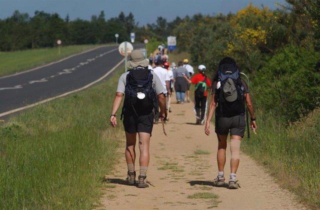 Peregrinos haciendo el Camino de Santiago de Compostela (A Coruña)