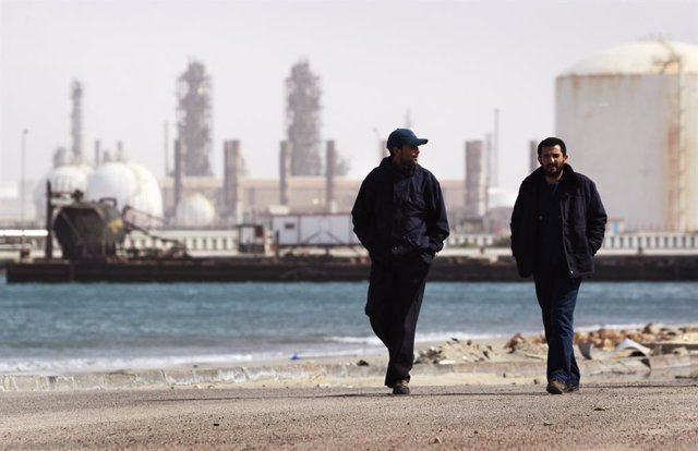 Libia.- Suspendidas las operaciones en un segundo campo de petróleo tras la irru