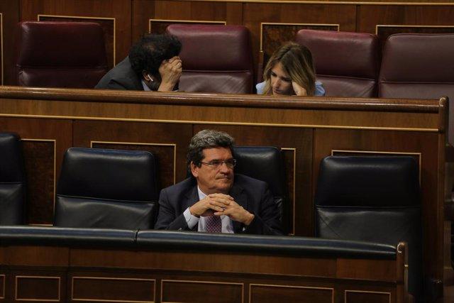 El ministro de Inclusión, Seguridad Social y Migraciones, José Luis Escrivá, durante el pleno del Congreso