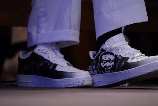 Imagen de archivo de unas zapatillas de Philonise Floyd con la cara de George Floyd durante su funeral.