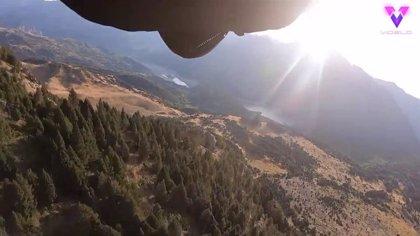 Así atravesó un agujero de 3 metros en la roca de una montaña un piloto con traje de alas