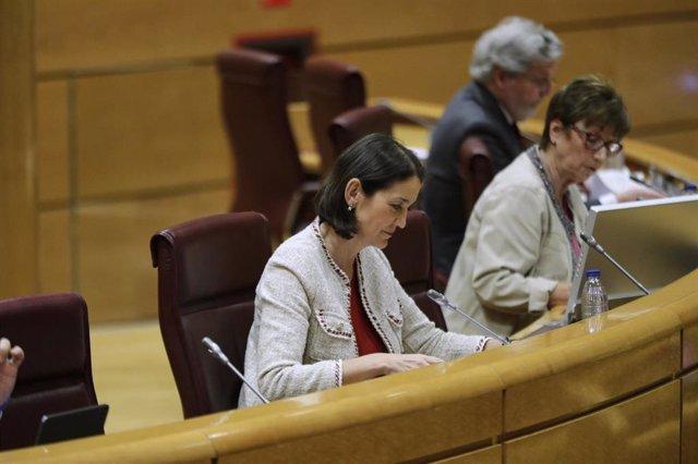 La ministra de Industria, Comercio y Turismo, Reyes Maroto (2d), se dispone a comparecer en el Senado en la comisión de su departamento. En Madrid (España), a 10 de junio de 2020.