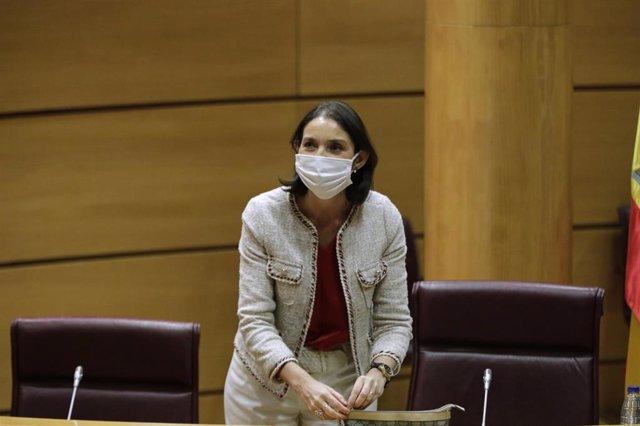 La ministra de Industria, Comercio y Turismo, Reyes Maroto, protegida con mascarilla, momentos antes de comparecer en el Senado en comisión de su departamento. En Madrid (España), a 10 de junio de 2020.