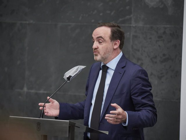 El Presidente de Unión del Pueblo Navarro, Javier Esparza, durante una rueda de prensa en el Parlamento de Navarra.