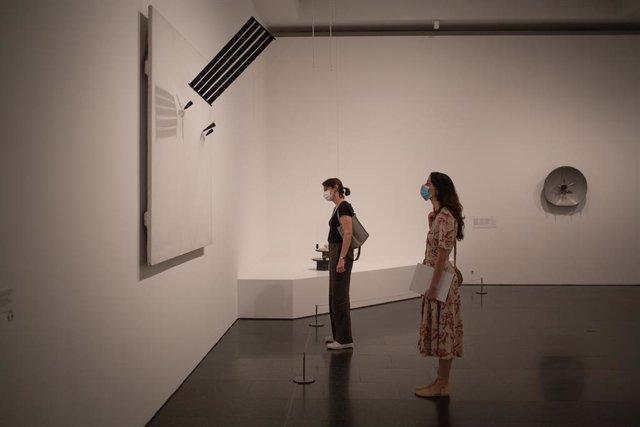 Dues dones visiten el Museu d'Art Contemporani de Barcelona (Macba) després de la reobertura de les seves portes al públic després del tancament temporal per la crisi sanitària del coronavirus. A Barcelona, Catalunya (Espanya) a 3 de juny de 2020.