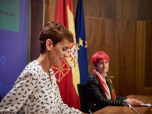 La presidenta del Gobierno de Navarra, María Chivite (i), y la  la consejera de Salud del gobierno autonómico, Santos Induráin (d), durante la rueda de prensa en la que Chivite ha valorado el pase de Navarra a la fase 3 de la desescalada a partir del próx