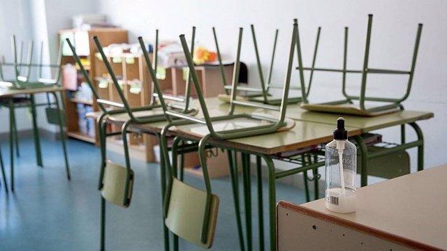 Foto d'arxiu d'una aula buida.