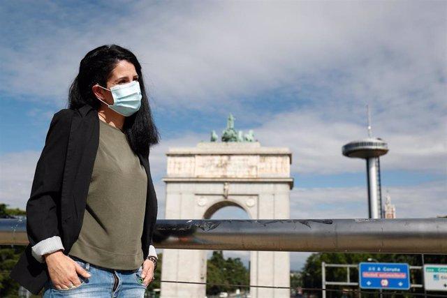 Usuaria de un implante coclear con mascarilla, en Madrid (España) a 11 de junio de 2020.