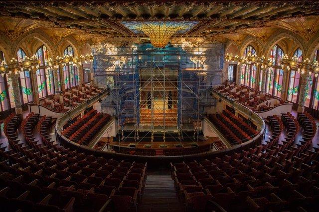 El Palau de la Música ha aprofitat el confinament per restaurar el conjunt escultòric de l'escenari. En la imatge, els treballs de restauració a 20 de maig de 2020.