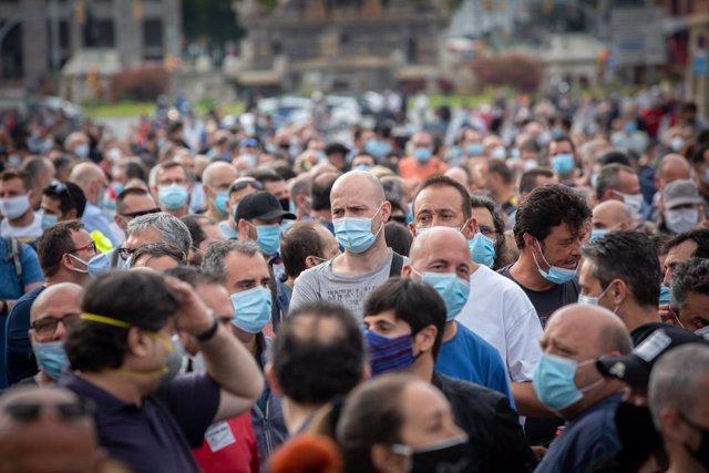Una multitud de persones durant una nova manifestació de treballadors de Nissan, aquesta vegada a la Plaça d'Espanya, com a protesta per l'anunci, fa dues setmanes, del tancament per part de la companyia d'automòbils de les plantes de la Zona Franca. En B