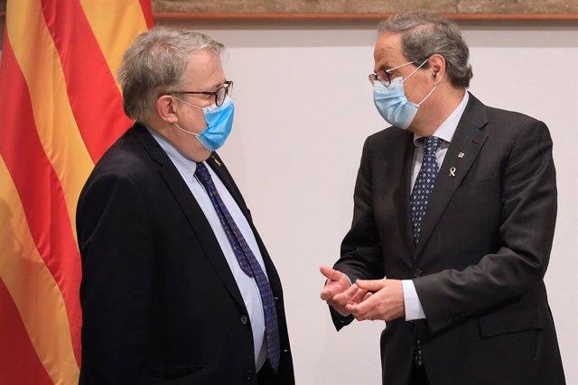 El president del Col·legi de Metges de Barcelona, Jaume Padrós, i el president de la Generalitat, Quim Torra.