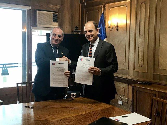 A la derecha, el ministro de Desarrollo Social de Chile, Cristián Monckeberg.