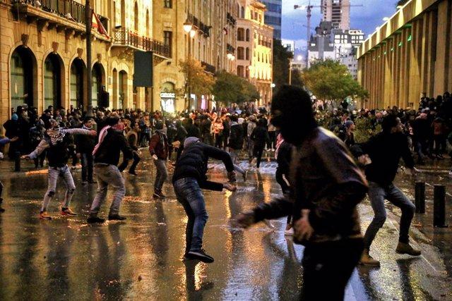 Líbano.- Miles de personas toman las calles de Líbano por la crisis económica en