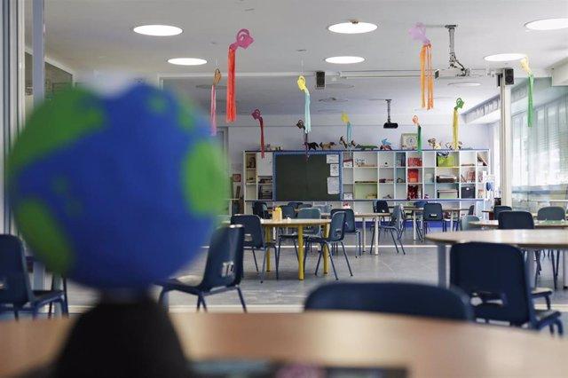 Aulas acondicionadas, con mayor espacio entre alumnos, en el Colegio Arcángel Rafael  del distrito madrileño de Aluche