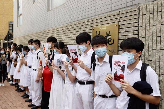 China.- Decenas de estudiantes de Hong Kong forman una cadena humana para protes