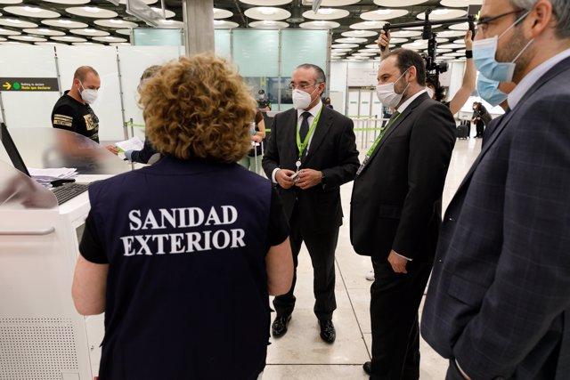 El ministro de Transportes, Movilidad y Agenda Urbana, José Luis Ábalos, ha supervisado, en la tarde de hoy, las medidas de seguridad frente al Covid-19 adoptadas en el Aeropuerto Adolfo Suárez Madrid-Barajas.