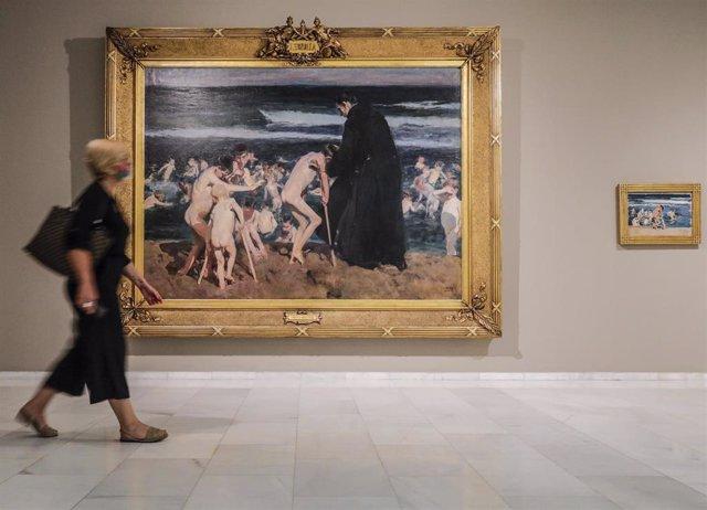 Una persona observa las obras disponibles en las salas de la Fundación Bancaja,