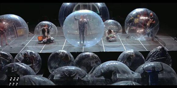2. The Flaming Lips tienen la solución definitiva para los conciertos: ¡todos dentro de burbujas gigantes!