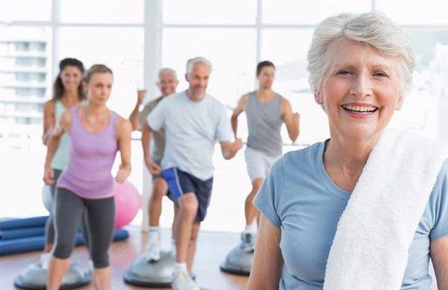 Personas mayores realizando ejercicio