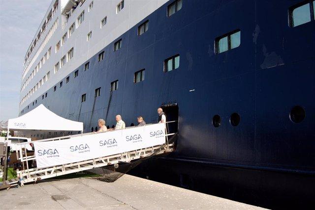 Imagen de los cruceristas del Saga Sapphire desembarcando en el Puerto de Motril