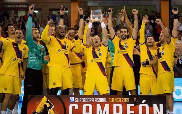 Los jugadores del Barça celebran su triunfo en la Supercopa ASOBAL 2019.
