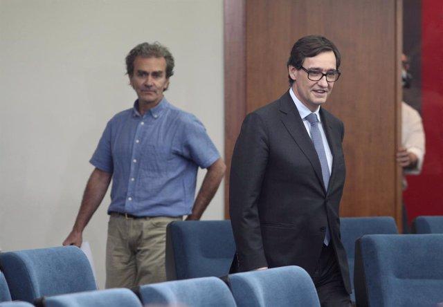 El director del Centre de Coordinació d'Alertes i Emergències Sanitàries (CCAES), Fernando Simón (i) a la seva arribada a la compareixença a Moncloa, acompanyat pel ministre de Sanitat, Salvador Illa (d). A Madrid (Espanya), a 12 de juny de 2020.