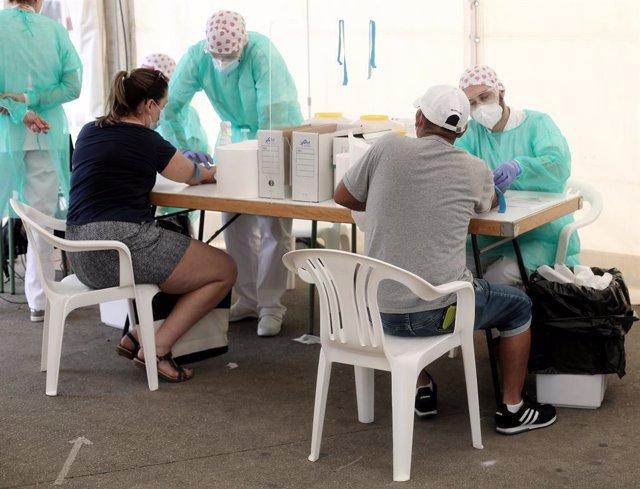 Personal sanitari realitza proves de diagnòstic de coronavirus (Arxiu)