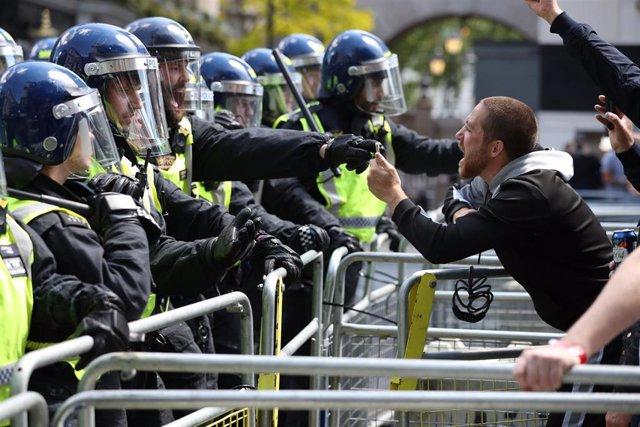Un manifestante de ultraderecha se encara con un Policía en Londres